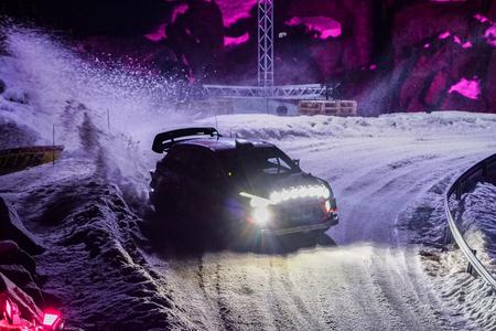 Rallye-Auto während des Rennens auf einer verschneiten Strecke bei Nacht, WRC-Schweden-Rallye 2019