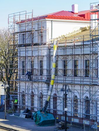 roof repair of a historic building, restoration and painting of the facade using scaffolding Zdjęcie Seryjne