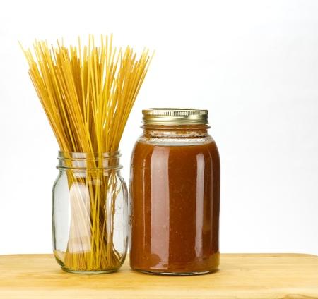 salsa de tomate: Pasta y salsa de tomate casera en frascos de conservas Foto de archivo