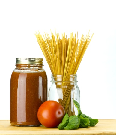 Basilic frais et tomate � la sauce tomate maison et p�tes de bl� entier spaghetti Banque d'images
