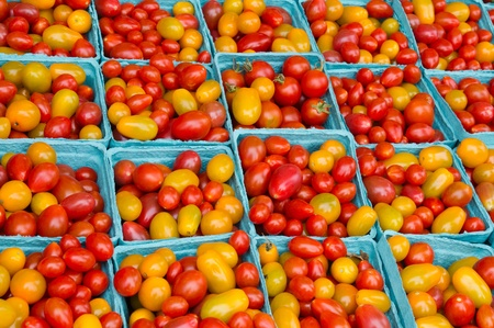 Frsh picked red and yellow cherry tomatoes on display at the farmers market Imagens