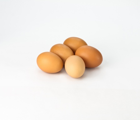 5 개의 신선한 갈색 계란에 흰색