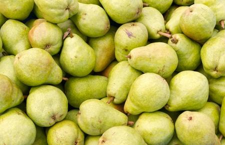 梨: 採れたての緑バートレット梨ディスプレイ上、農民市場で 写真素材