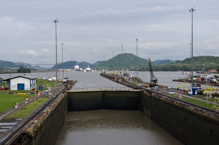 Gates and basin of Miraflores Locks Panama Canal filling with water 新聞圖片