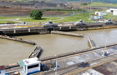 Gates and basin of Pedro Miguel Locks in Panama Canal opening to pass ships 新聞圖片