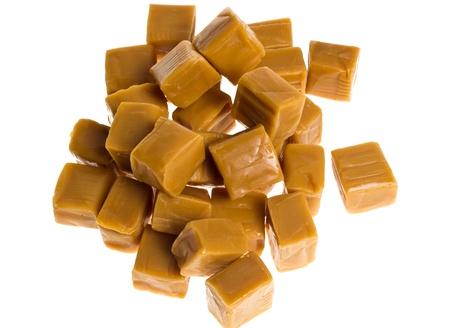Un tas de caramel cubes isol� sur blanc Banque d'images