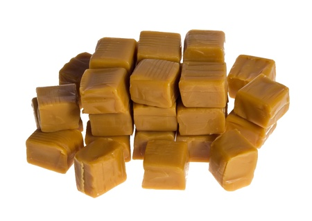 Een nette stapel van karamel kubussen geïsoleerd op wit