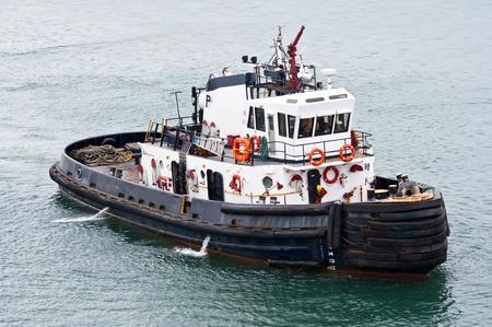 引っ張りのボートはパナマ運河の船のために準備ができて立っています。 写真素材
