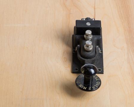 telegraphy: Una chiave antica del telegrafo su una scrivania di legno