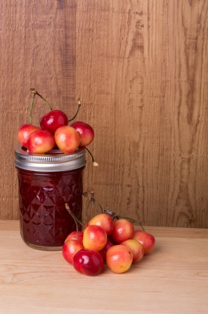 Fresh cherry jam with cherries on wooden table Imagens