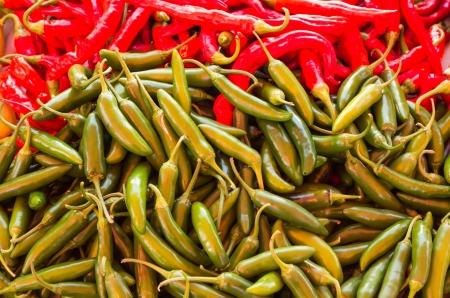 chiles picantes: Fresco rojo y verde chiles en exhibici�n en el mercado