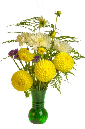 arreglo floral: Arreglo floral con helechos y flores en el florero verde Foto de archivo