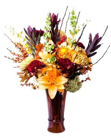 arreglo floral: Centro de flores en el florero marrón Foto de archivo
