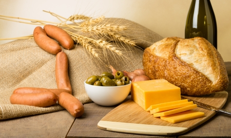 A still life with sausage cheese olives and bread on a cutting board Reklamní fotografie