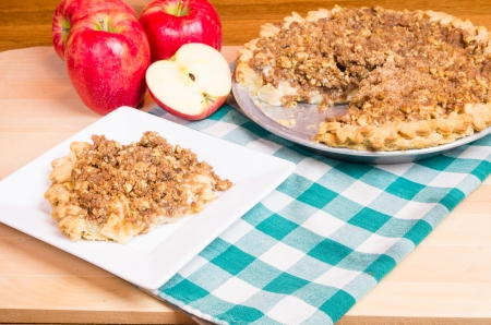 An apple crumb top pie with with apples