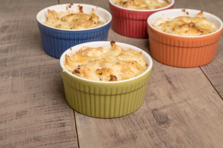 Bowls of baked Dungeness Crab macaroni and cheese Imagens