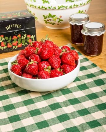 Kom met verse aardbeien met potten jam of gelei Stockfoto - 19801185