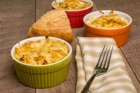 dungeness: Bowls of baked Dungeness Crab macaroni and cheese Stock Photo
