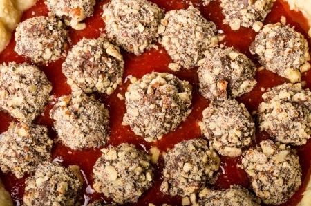 chocolate covered strawberries: Pastel de fresa fresca con la avellana y fresas cubiertas de chocolate Foto de archivo