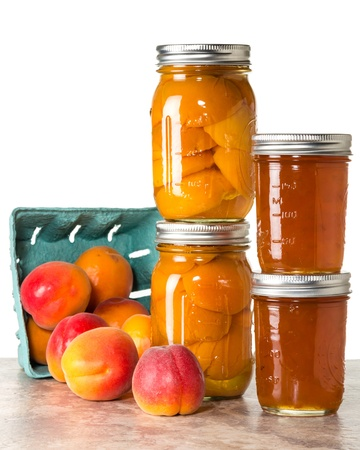 Fresh apricots preserved as homemade jam and in mason jars Imagens