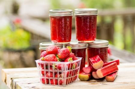 Verse zelfgemaakte aardbei rabarber gelei met aardbeien en rabarber Stockfoto