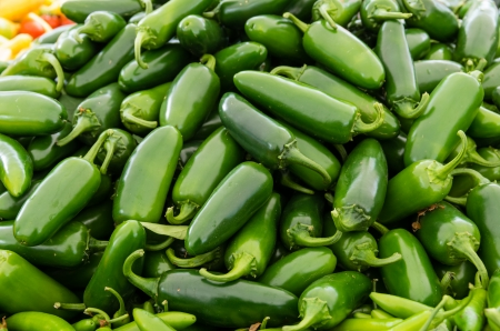 chiles picantes: Chiles jalape�os en exhibici�n en el mercado de los agricultores
