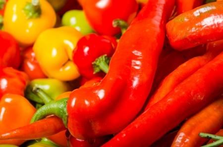 chiles picantes: Una pantalla mayor parte de los chiles de colores listos para su uso en la cocina Foto de archivo