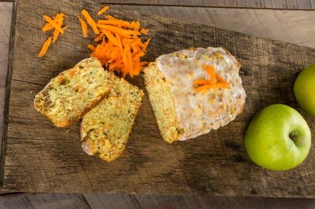 Wortel appelcake op houten tafel met geraspte wortelen Stockfoto