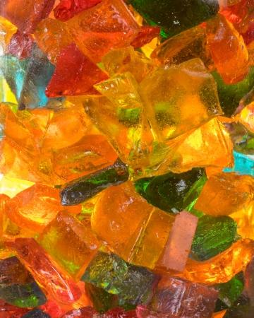 빛나는 빛을 가진 유리 항아리에 단단한 바위 사탕