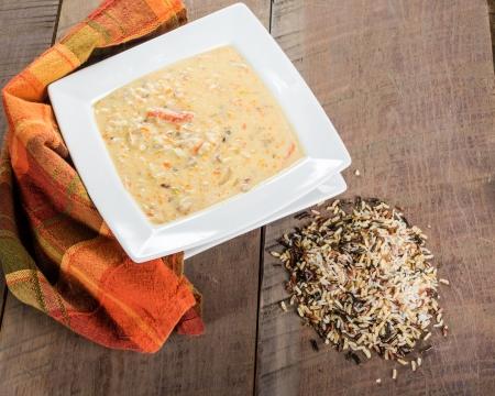 Un tazón de sopa de arroz de pavo con arroz salvaje Foto de archivo - 24721587