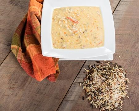 Un tazón de sopa de arroz de pavo con arroz salvaje Foto de archivo - 24721633