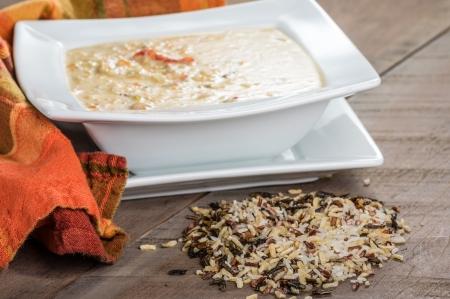 Un tazón de sopa de arroz de pavo con arroz salvaje Foto de archivo - 24721634