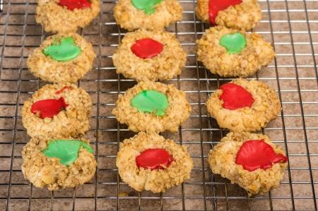 odcisk kciuka: Świeże, domowe ciasteczka odcisk palca na regale chłodzenia Zdjęcie Seryjne
