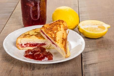 Het ontbijt van gevulde Franse toast met aardbeien en slagroom kaasvulling en aardbeienjam