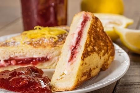 Ontbijt van gevulde Franse toast met aardbeien en room kaas vulling met citroenschil Stockfoto - 25436008