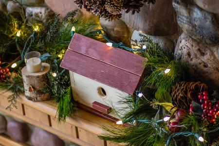 mantel: Una mensola di legno decorato con verdi e un uccello casa di legno
