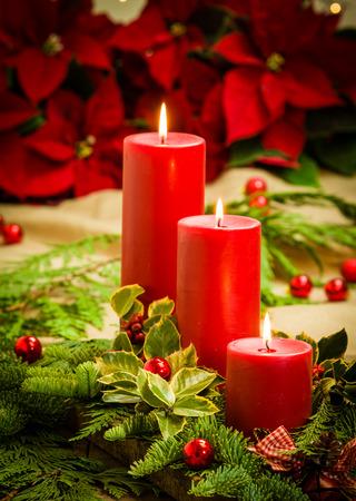 velas de navidad: Pieza central de Navidad con velas y flores de pascua iluminadas