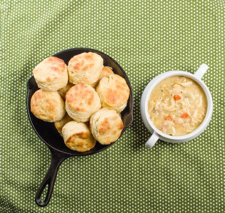 sopa de pollo: Sopa de pollo caliente con la sart�n al horno galletas Foto de archivo