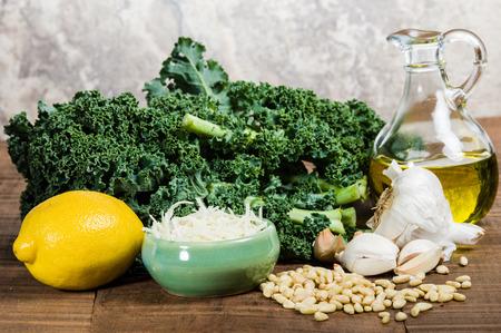 pinoli: Pinoli Kale e aglio per kale pesto
