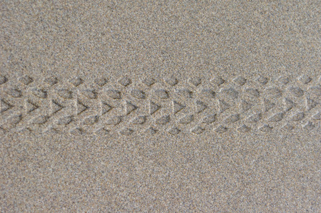 rodamiento: Marcas de la banda de rodadura de los neum�ticos de bicicletas en la arena mojada en la playa