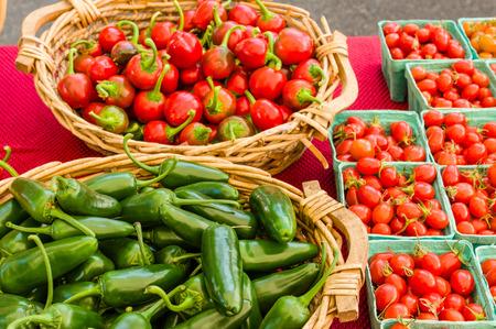 chiles picantes: Cestas de chiles y tomates cherry en el mercado
