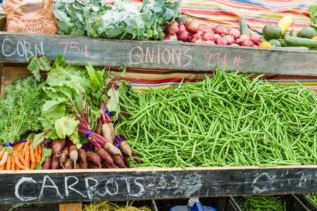 judia verde: Visualización de zanahorias y remolacha en el mercado de la granja