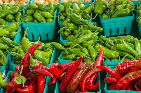 chiles picantes: Cajas de chiles rojos y verdes en el mercado de la granja