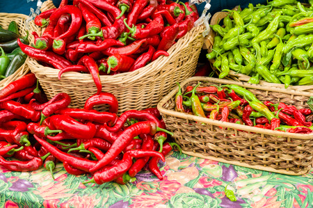 chiles picantes: Chiles rojos en cestas que aparecen en el mercado de la granja Foto de archivo
