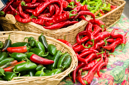 pimientos: Chiles rojos en cestas que aparecen en el mercado de la granja Foto de archivo