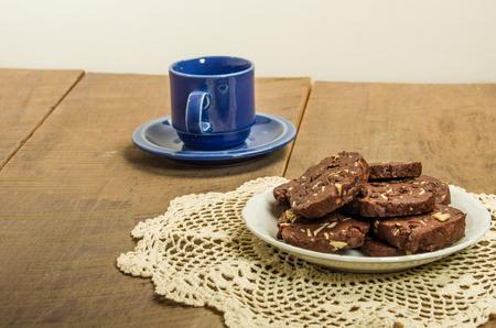 Rol koekjes met noten en een blauwe mok