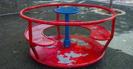 carrusel de los niños rojos en el patio en el metal verano, rotonda, parque,