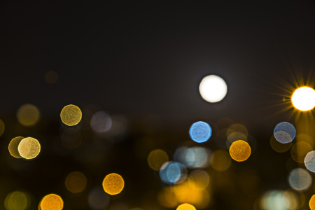 adentro y afuera: Luces de la ciudad por la noche en fuera de foco