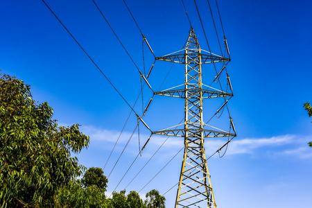 青空背景の高電圧電気郵便線材を背景に投稿します。