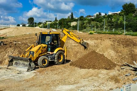 De zware bouwbulldozer van gele kleur op een witte achtergrond, het graafwerktuig van de Tractorbulldozer